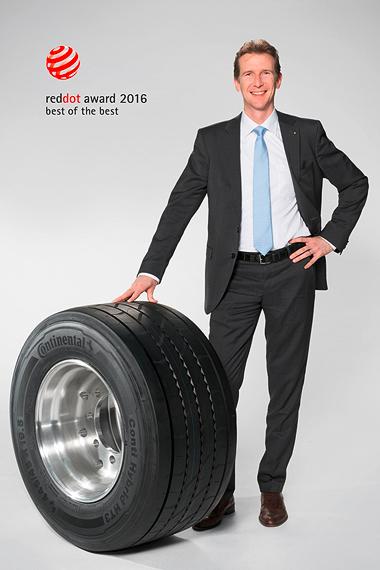 Constantin Batsch zeigt den Trailer-Reifen Conti Hybrid HT3 445/45 R 19.5