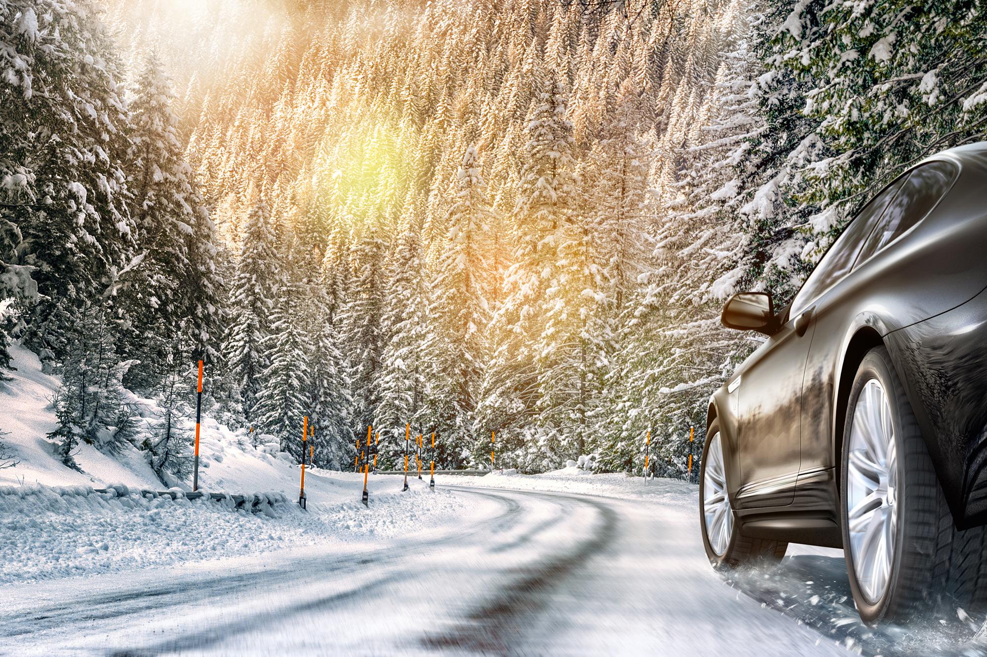 Auto im Winterlandschaft mit Continental Reifen