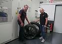 Niki Schelle und Burkhard Wies, Leiter Pkw-Reifenentwicklung weltweit, in der Forschung & Entwicklung