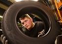 Inspeção de qualidade do pneu Continental durante produção