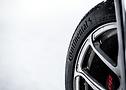 Nero su bianco: gli pneumatici più larghi offrono prestazioni eccellenti in tutte le condizioni invernali.