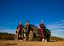 Mikaela Åhlin-Kottulinsky y los hermanos Hansen disfrutando de la prueba del coche en Francia.