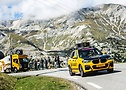 La caravana Continental atravesando montañas- Tour de France 2020 - A.S.O. Charly López