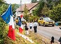Колонна машин сопровождения проезжает через Францию на Тур де Франс 2020 - A.S.O. Charly López
