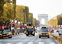Колонна машин сопровождения на Елисейских полях во время Тур де Франс 2020 - A.S.O._Thomas_Maheux