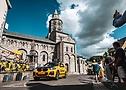 Continentalova karavana med vožnjo skozi vas na dirki Tour de France 2020 - A.S.O. Charly López