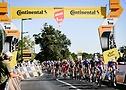 """Kolesarji se vozijo mimo """"Flamme Rouge"""", rdečega slavoloka za zadnji kilometer dirke Tour de France 2020 - A.S.O. Pauline Ballet"""