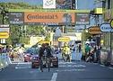 Kolesarja ekipe Ineos Michal Kwiatkowski in Richard Carapaz skupaj skozi cilj 18. etape dirke Tour de France 2020
