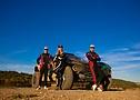 Микаэла Охлин-Коттулински и братья Хансен тестируют автомобиль во Франции.