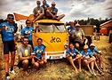 Die Crew der Freiwilligen (Jo Helsen steht oben rechts auf dem Bus)