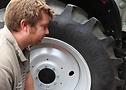 Tudor Jones, de la Fron Farm, examinando sus nuevos neumáticos Continental Tractor70.