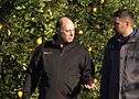 Mick Carbone (izq.) y Mario Arcifa (dcha.) caminando por la plantación.