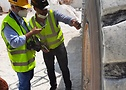 "Nicola Rossi, especialista em vendas de terraplenagem e Fabrizio Parati (revista ""Costruzioni"") realizando tirecheck"