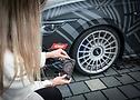 Influencerin Sophia Calate beim Fotografieren der Reifen und Felgen des Golf R von Eibach Racing
