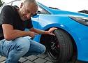 ContiTuningTag: Influencer, Moderator und Motorsportexperte Niki Schelle nimmt die Continental Reifen genauer unter die Lupe