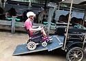 (imagem de cadeirante acessando veículo adaptado)